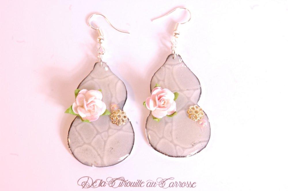 Boucles d'oreille calebasse grise et fleur rose