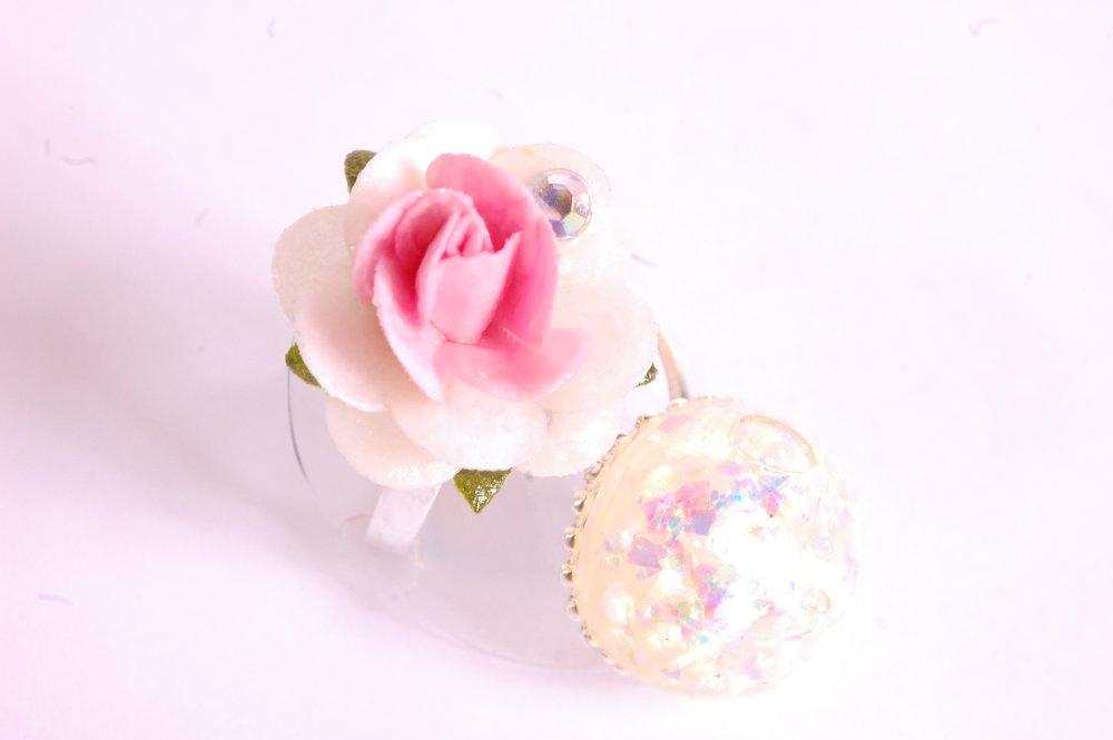 Bague double fleur rose et blanche et boule blanc iridescent holographique