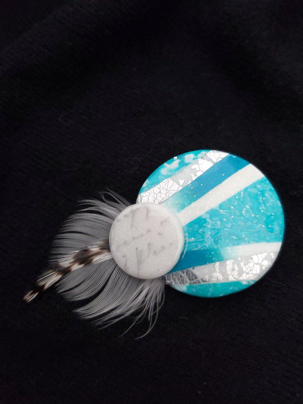 broche blanche et turquoise polymère et plumes