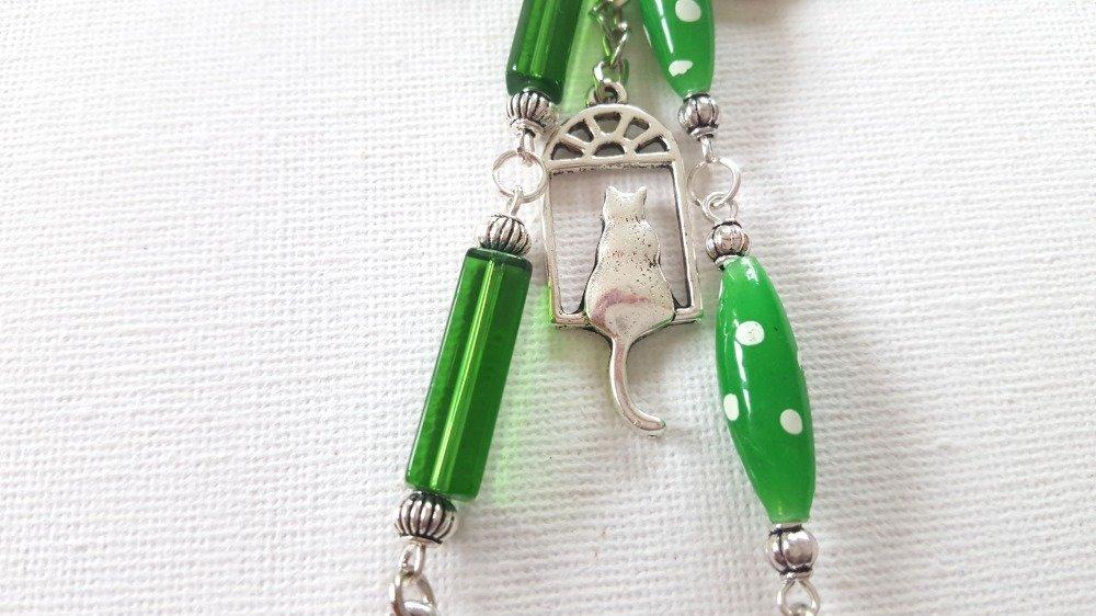 Bijou de sac chats métal argenté, perles vertes