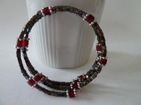 06B- Bracelet de perles rocaille cubes bronze, perles cubes rouge transparent, perles métal intercalaires