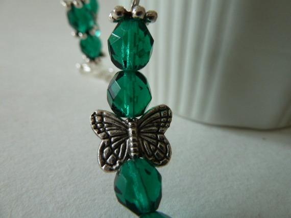 261- Collier de perles verre à facettes vert émeraude, perles tubes métal argenté, perles intercalaires flocons de neige