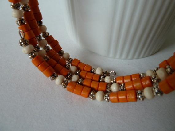 09B- Bracelet papillons métal argenté, tubes bois orange, rondelles bois  écru, perles métal à picots