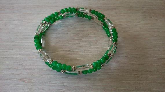 670- Bracelet multirangs tubes en verre transparent perles vertes sur fil mémoire ajustable style romantique bohème