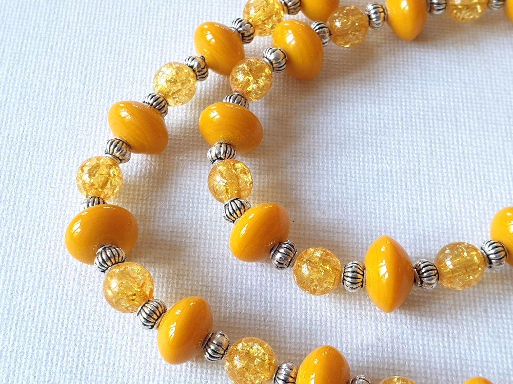Collier perles soucoupes jaune moutarde, rondes craquelées jaune, perles lampions métal argenté