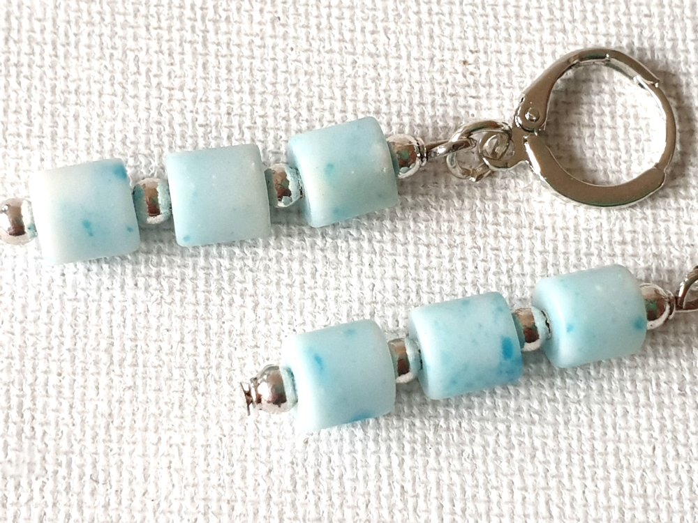 Boucles d'oreilles perles tubes verre opaque bleu clair moucheté, perles rondes métal argenté