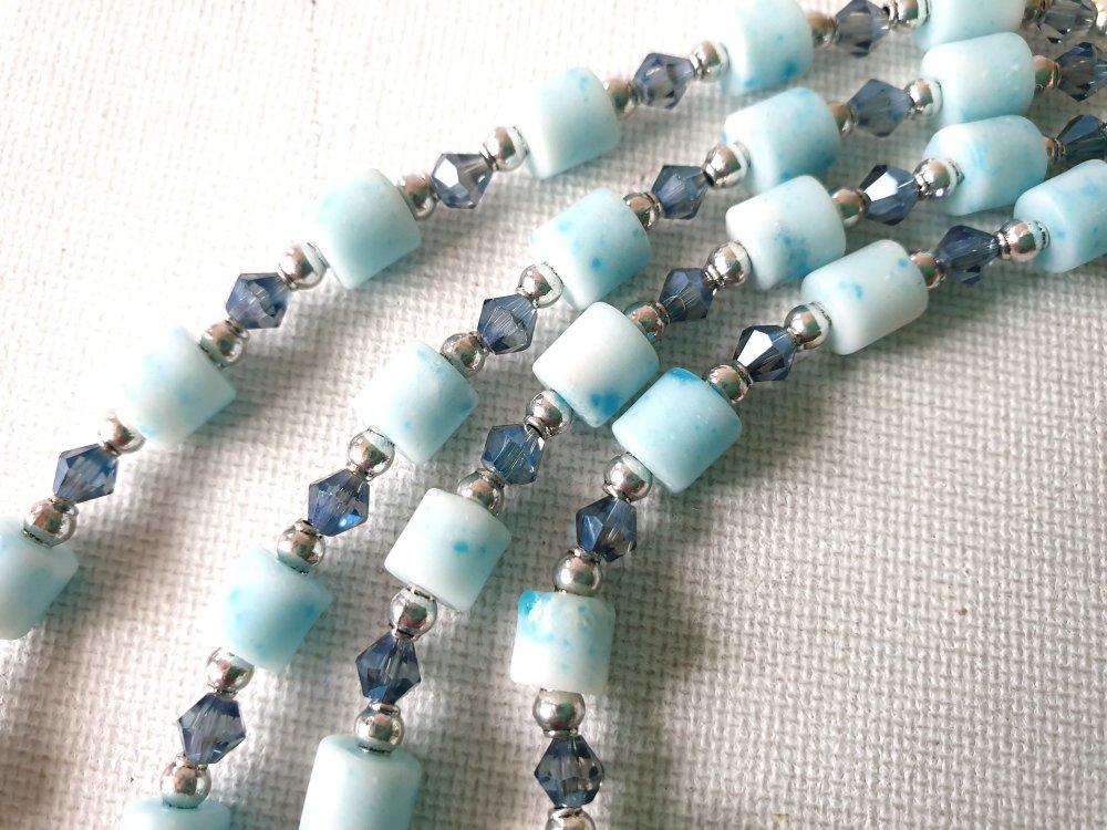 Collier double rang tubes verre opaque bleu ciel moucheté plus foncé, perles rondes gouttes irisées bleuté mauve