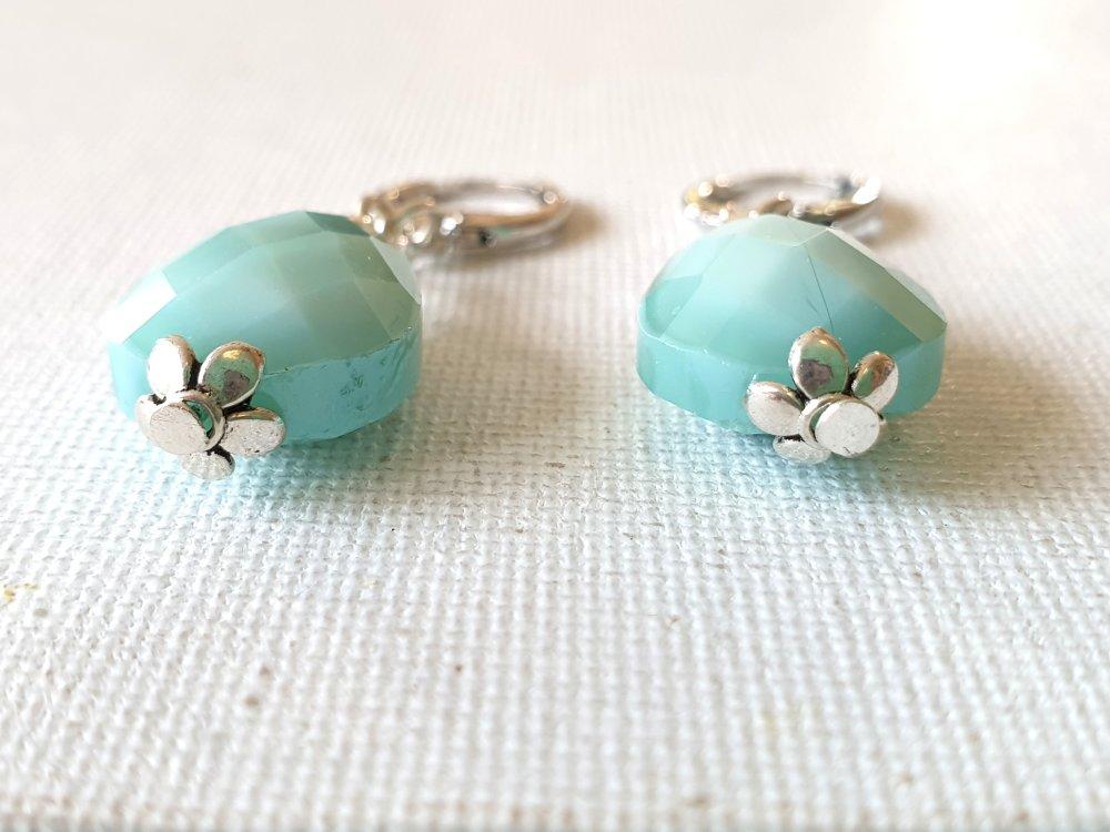 Boucles d'oreilles perles gouttes amandes verre facettes bleu très pâle, perles coupelles fleurs métal argenté