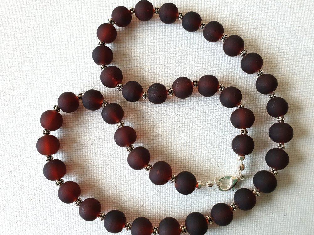 Collier élégant, perles rondes verre givré marron foncé, perles métal argenté clouté