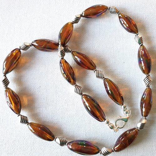 Collier perles longues ovales verre marron, ambre, miel clair avec reflets bleu turquoise, perles losanges métal argenté strié