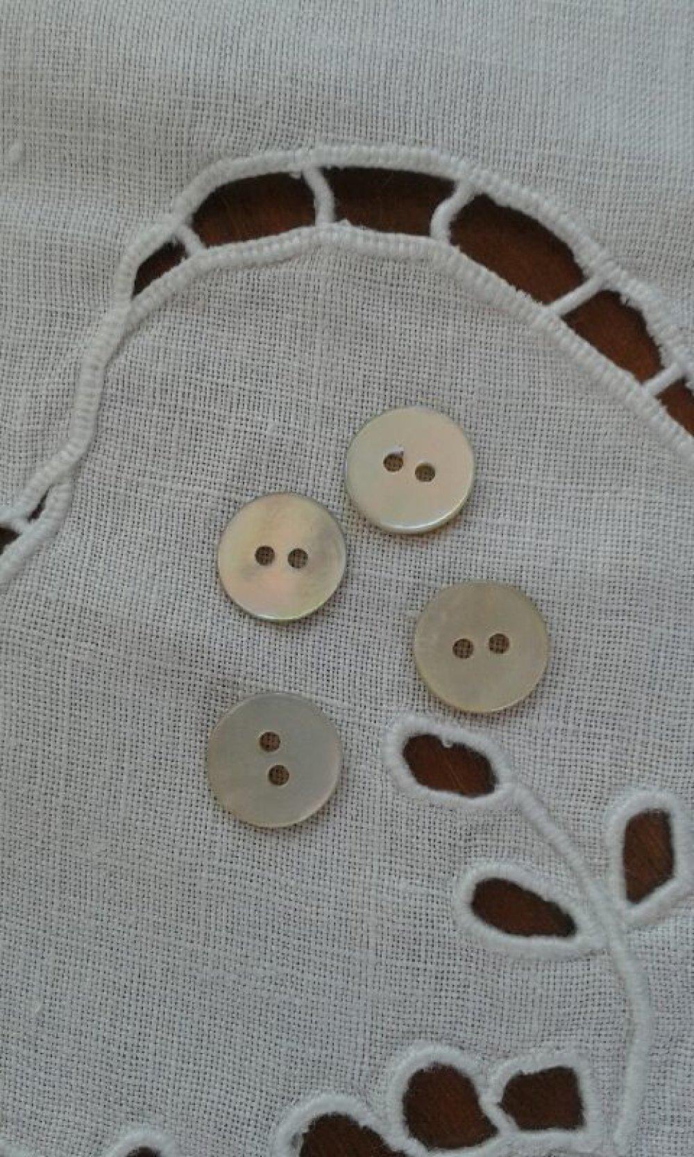 Lot de 4 boutons  en nacre  rond