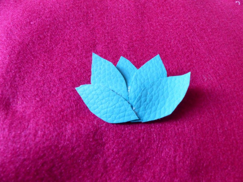 Broche lotus bleu