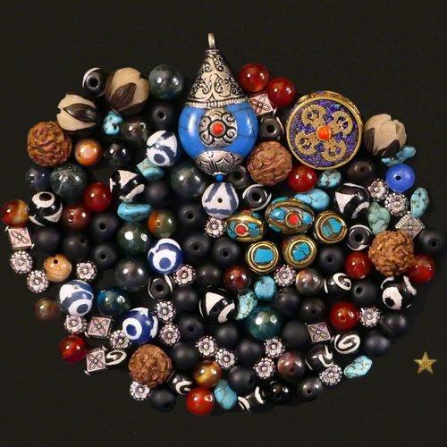 Perles et pendentif du népal en agate, os de yack, bodhi, rudraksha, turquoise, verre et métal