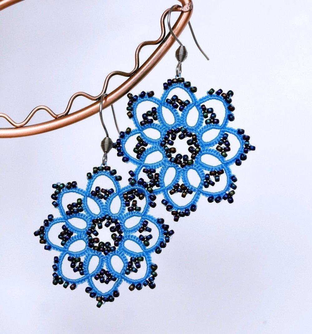 Boucles d'oreilles bleu clair en dentelle de frivolité avec crochet en acier chirurgical