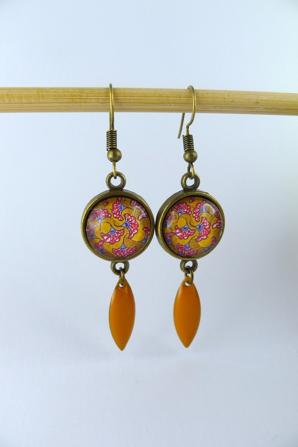 """Boucles d'oreille pendante """"wax orange"""" cabochon en verre et connecteur navette"""