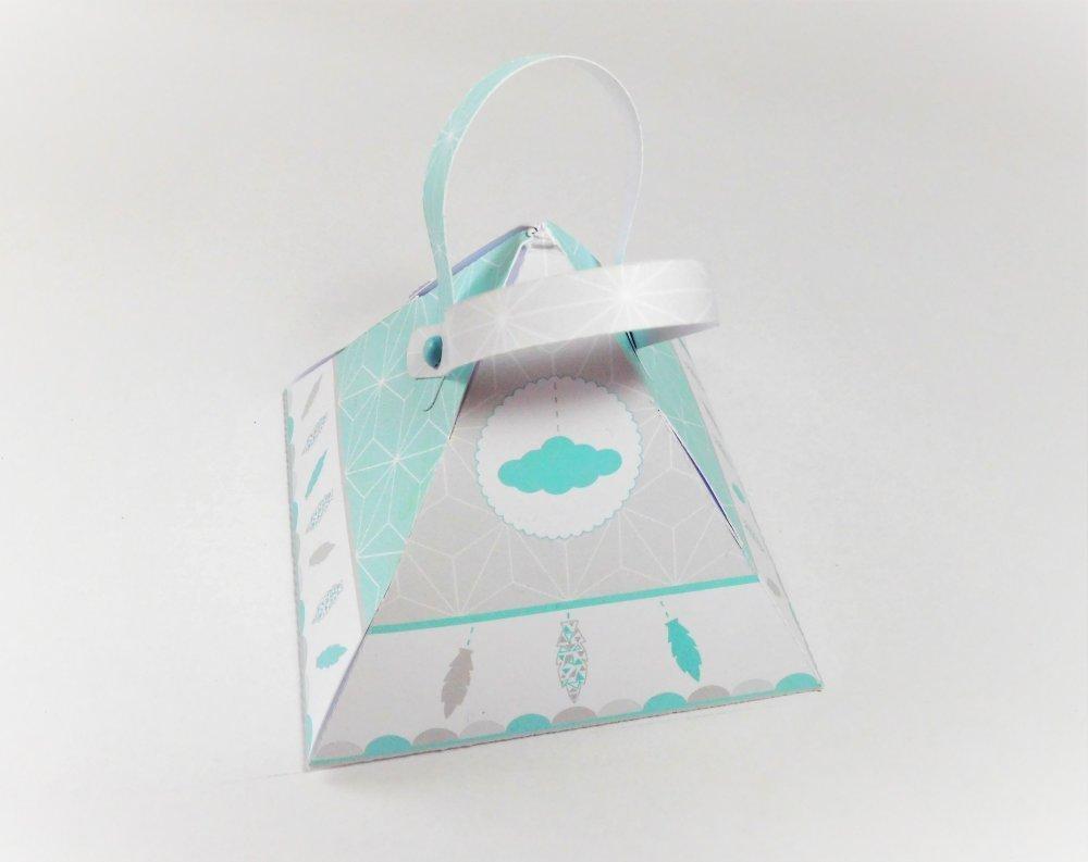 Boite à dragées forme triangle, thème petite plume, attrape rêve et nuage, grise et vert d'eau.