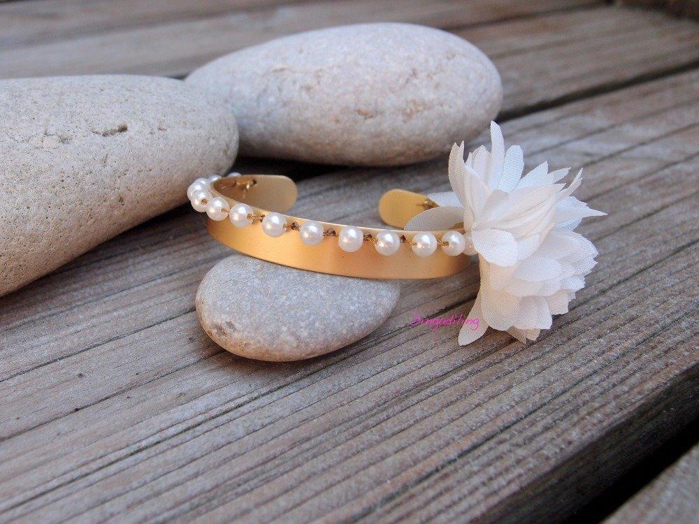 Bracelet jonc doré, perle nacrée et fleur en tissu blanc