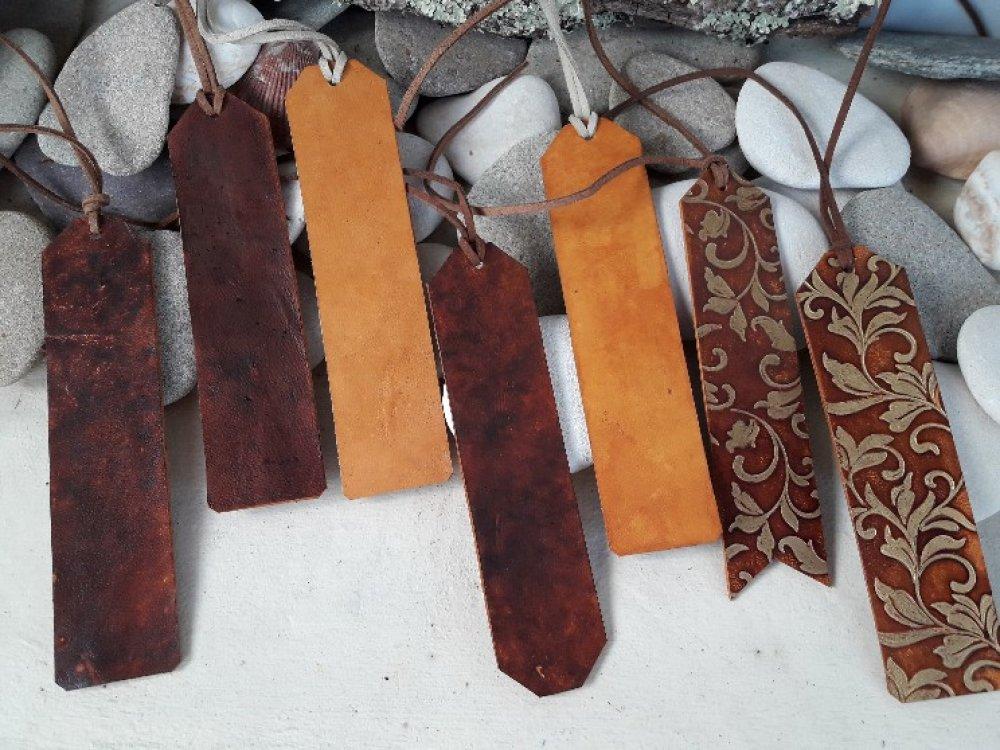 Marque page en cuir teinté rouge
