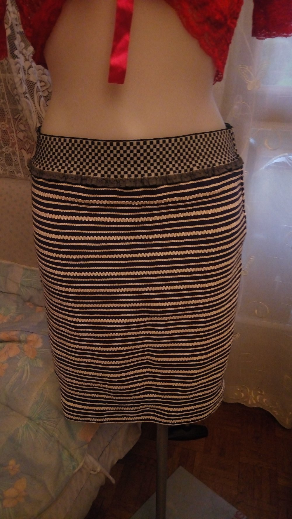 Jupe  en dentelle crochet elastique rayé blanc/bleu-marine taille 40/42 longueur 54 cm.. .