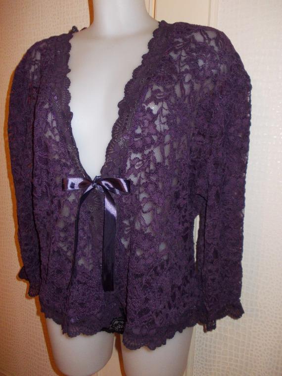 Bolero   veste GRANDE TAILLE en  dentelle extensible  couleur pourpre    manches 3/4 ; taille 44/46.