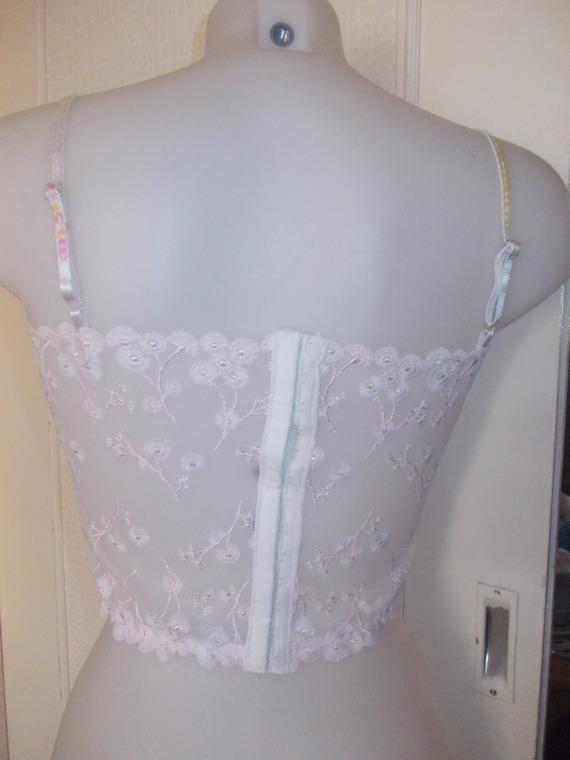 Top bustier   en dentelle broderies roses sur tulle blanc tailles disponibles /38/40/42 longueur 27 cm.