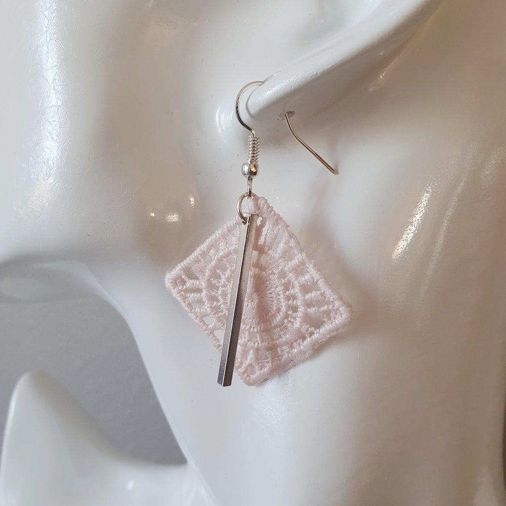 Boucles d'oreilles losange ajouré graphique rose pâle - idée cadeau anniversaire noël fêtes des mères