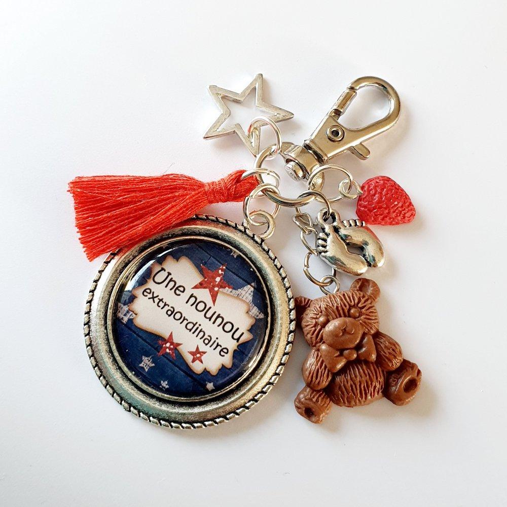 Porte-clef NOUNOU EXTRAORDINAIRE ours fimo pompon rouge , étoile et fraise Idée cadeau fin d'année assistante maternelle