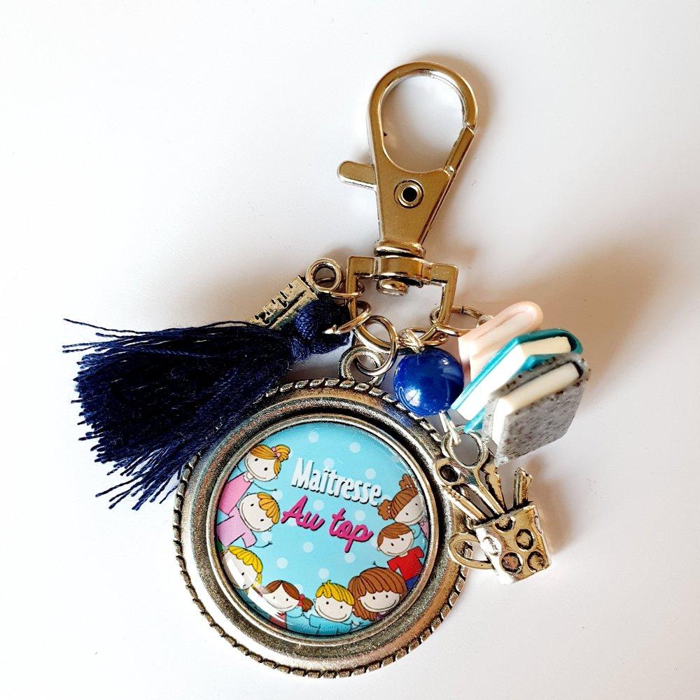 Porte-clef maîtresse au top pompon et breloque livres en fimo rose bleu Idée cadeau fin d'année