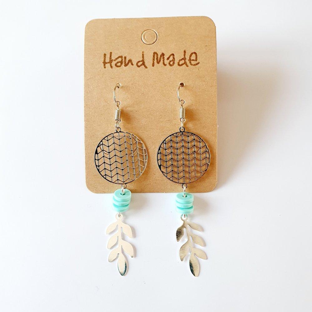 Boucles d'oreilles pendantes feuilles estampe argentée perles heishi vert d'eau idée cadeau femme