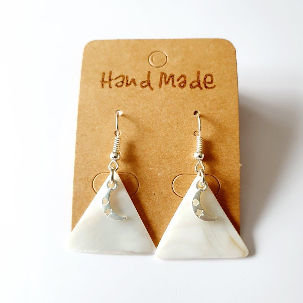 Boucles d'oreilles lune triangle nacre blanc et argenté TENDANCE MODERNE idée cadeau fête des mères femme anniversaire