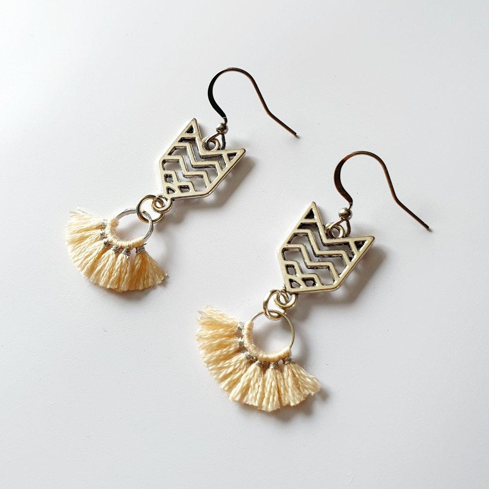 Boucles d'oreilles pompon beige- idée cadeau anniversaire fête des mères