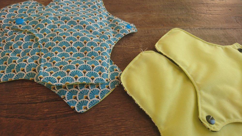 Serviettes protections hygiéniques lavables Lot de  4 noir et bleu coton oeko tex PUL et microfibre de bambou
