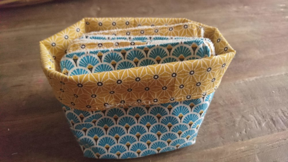 lingettes lavables bleu et jaune et panier de rangement éponge microfibre de bambou pour bébé ou démaquillage