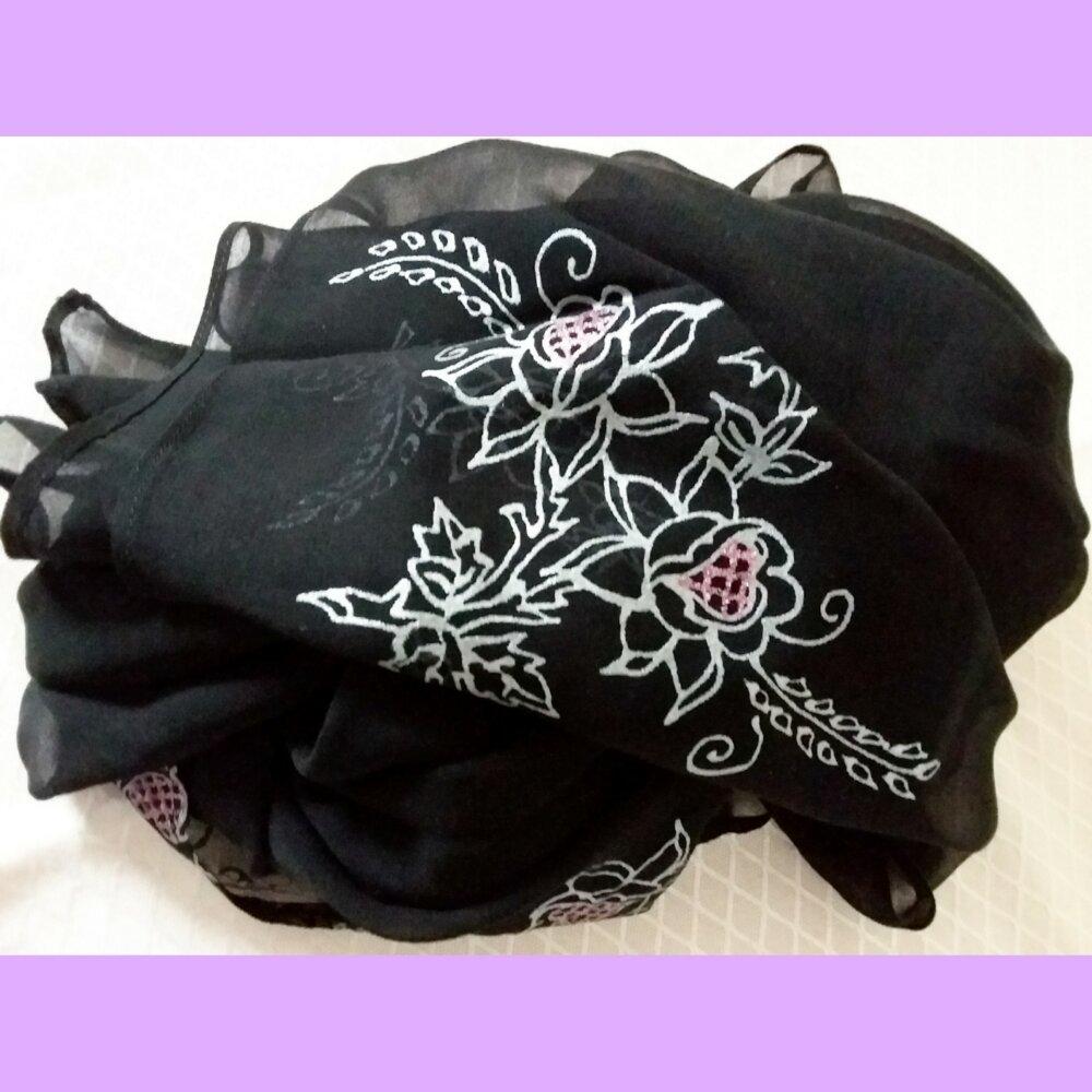 Écharpe élégante noire en soie naturelle