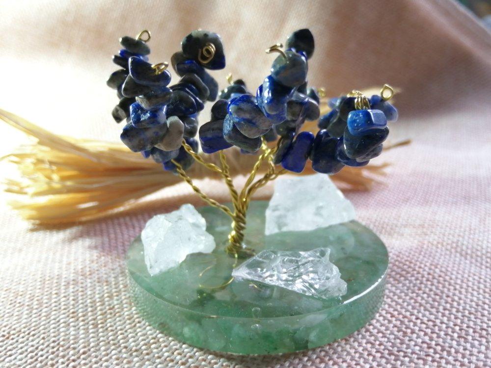Arbre de vie en pierres naturelles, lapis lazuli, aventurine et cristaux de roche brutes