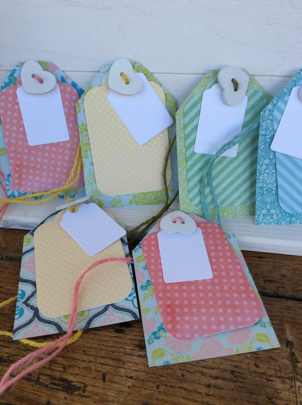 Étiquettes carton x 12 trois étiquettes et coeur en bois