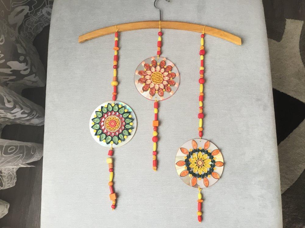 Mobile suspension ou décoration murale, pour chambre bébé  ou enfant, recyclage de matériaux, perle bois, cd et quilling
