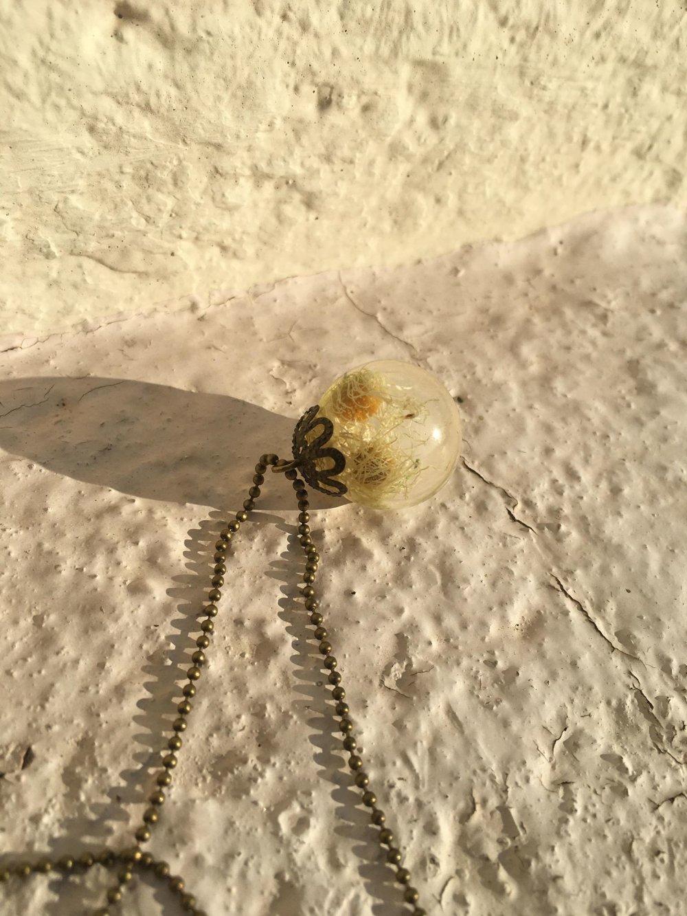 Pendentif boule résine fleurs séchées