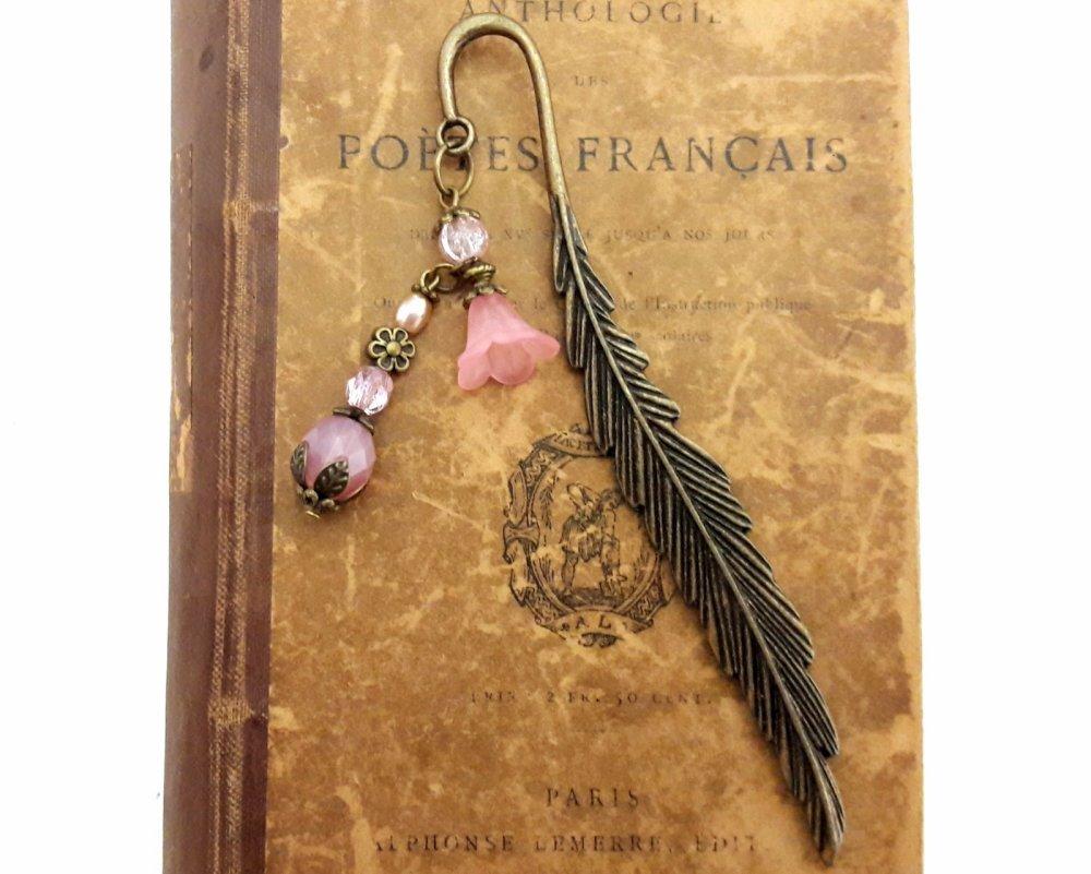 Marque-page en métal forme plume, motif fleurs, coloris rose