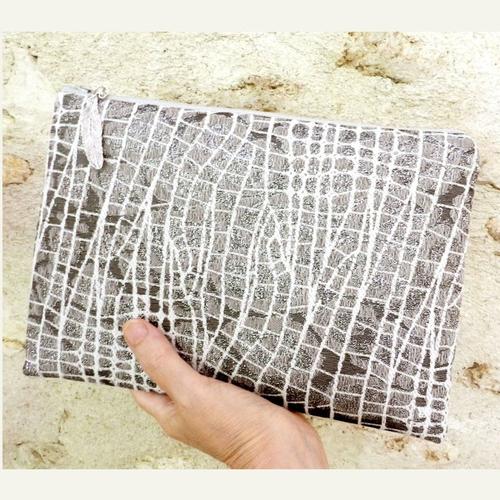 Grande trousse ou pochette à main, coloris gris et argent