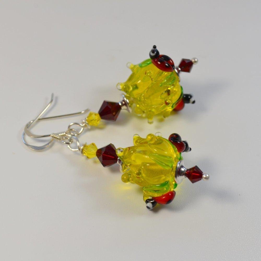 Boucles d'oreilles été fleur jaune et leurs petites coccinelles verre filé à la flamme Art lampwork