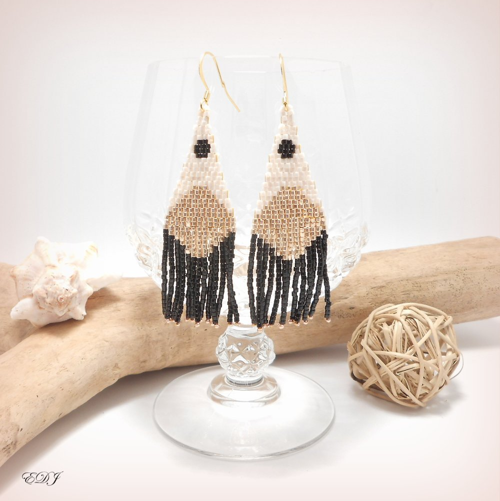 Boucles d'oreilles bohème Chic esprit graphique à franges perlées miyuki blanc nacré doré et noir