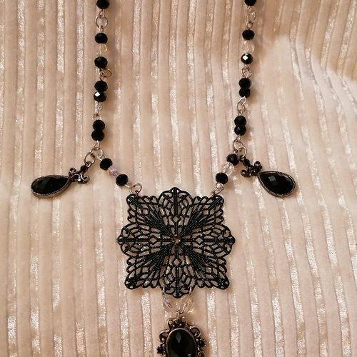 Joli collier metal argente perles a facettes cristal et noires