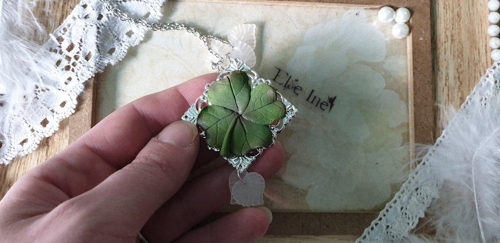 collier trefle à 4 feuilles en polymère