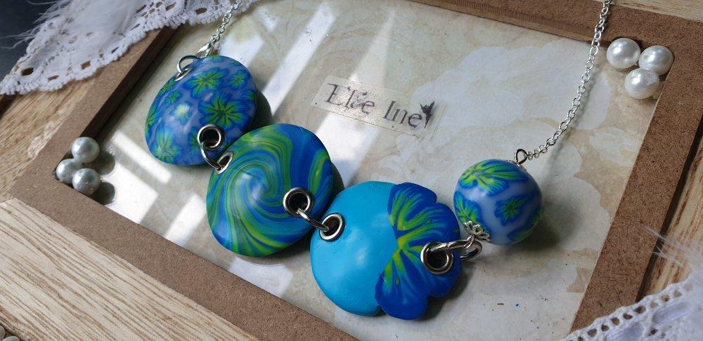 Collier plastron floral bleu et vert en polymère