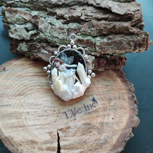 Pendentif fée endormi sur des cristaux en polymère
