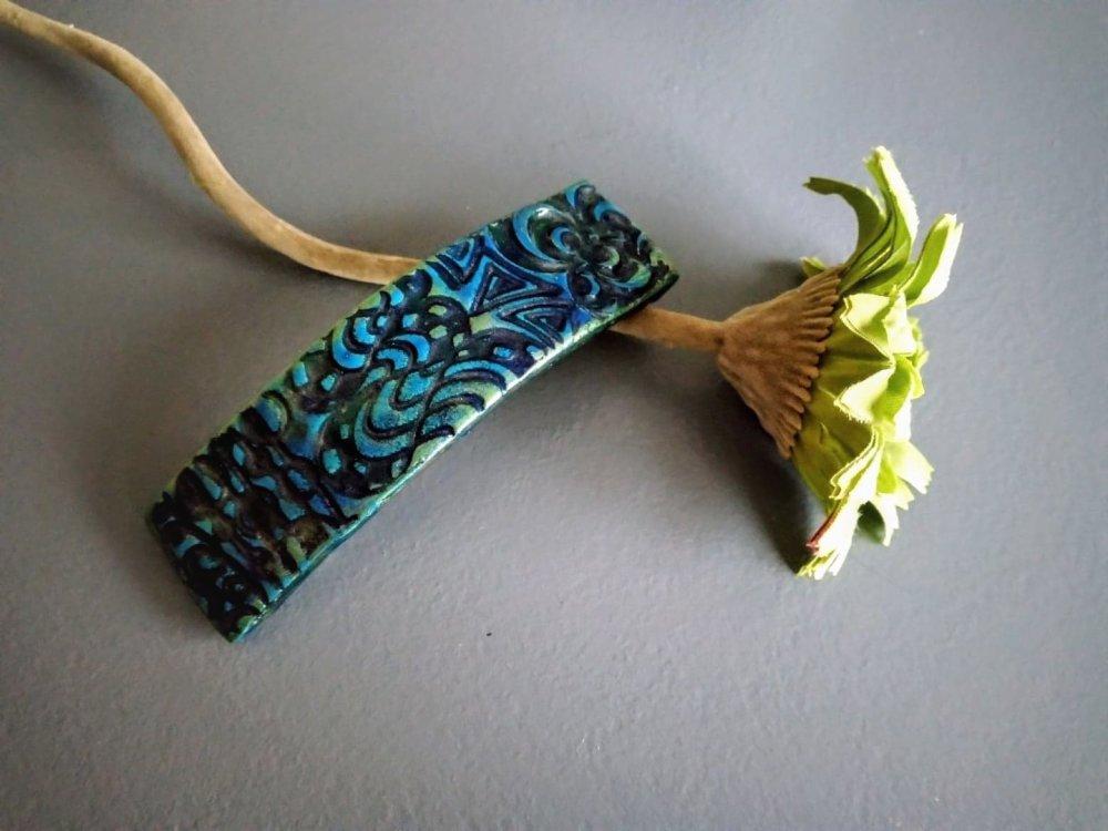 barrette à cheveux en pâte polymère dans les tons bleu et vert
