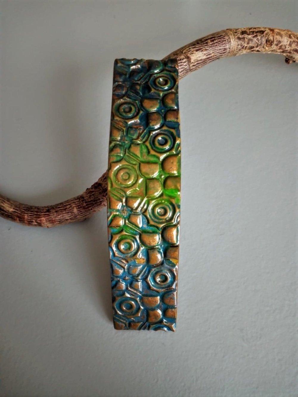 barrette à cheveux en pâte polymère dans les tons vert,bleu et bronze