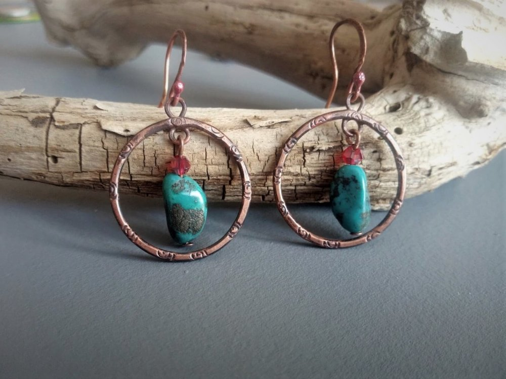 boucles d'oreilles créoles en cuivre forgé et turquoise