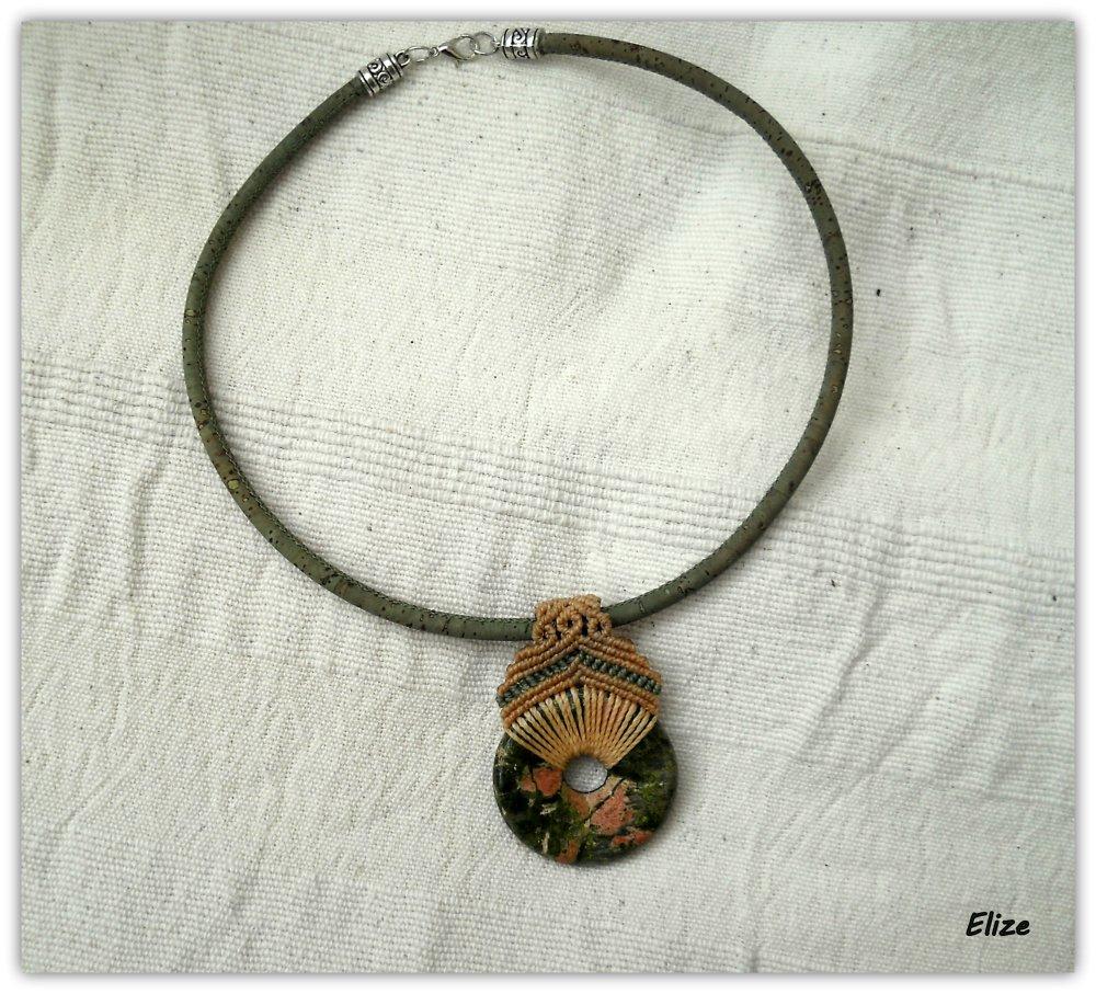 Collier ras de cou en liège avec pendentif pierre semi-précieuse 'donut'